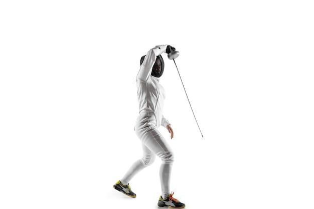 Teen ragazza in costume da scherma con la spada in mano isolato su sfondo bianco.