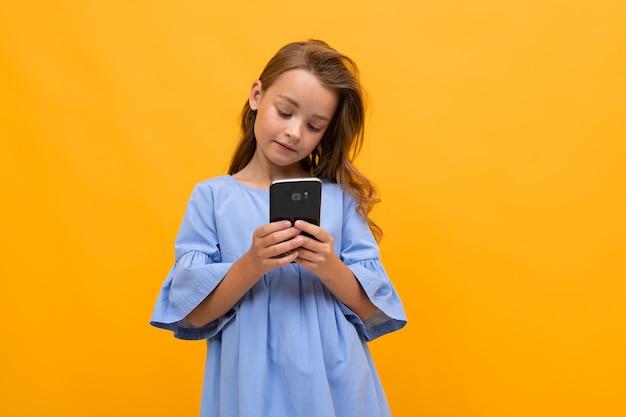 Девушка в платье со смартфоном с копией пространства