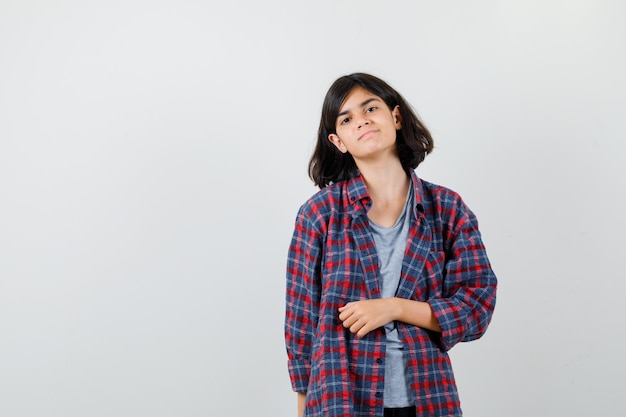 市松模様のシャツを着た10代の少女と物欲しそうに見える、正面図。