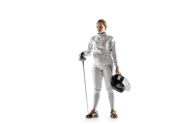 흰색 배경에 고립 손에 칼으로 펜싱 의상에서 십 대 소녀. 모션, 액션에서 젊은 여성 백인 모델