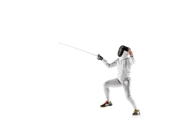 흰색 배경에 고립 된 손에 칼으로 펜싱 의상에서 십 대 소녀