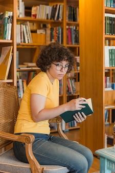 素敵な図書館で読むティーン・ガール