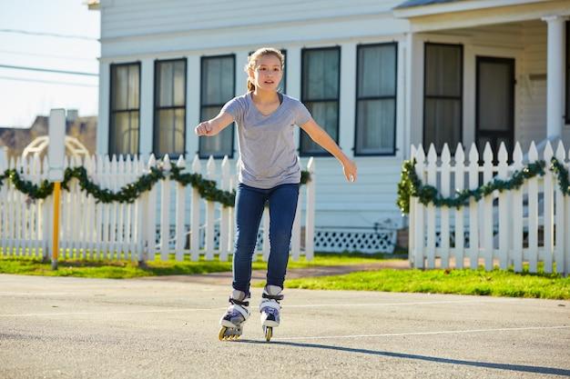 Девочка-подросток катается на коньках на улице