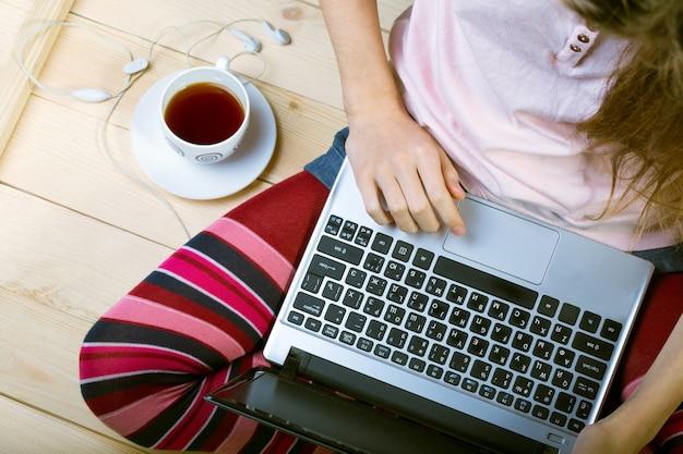 Девушка сидит с ноутбуком