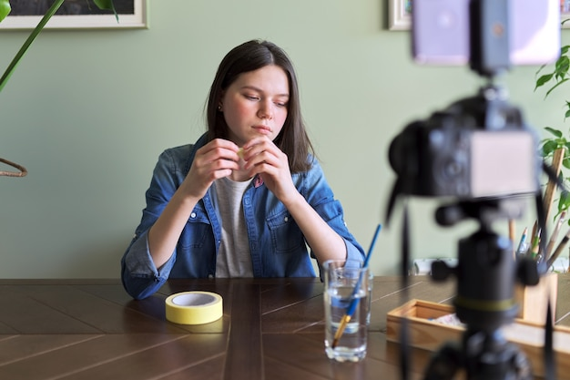 Девушка разговаривает и записывает видео, веб-камеру, видеозвонок.