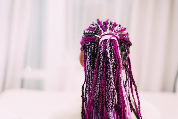 Девушка-подросток с яркими косичками с фиолетовой нитью zizi