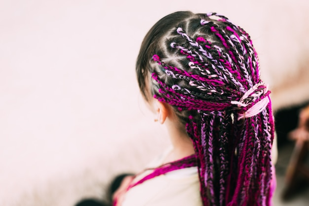 紫色の糸ziziと明るいおさげの十代の少女