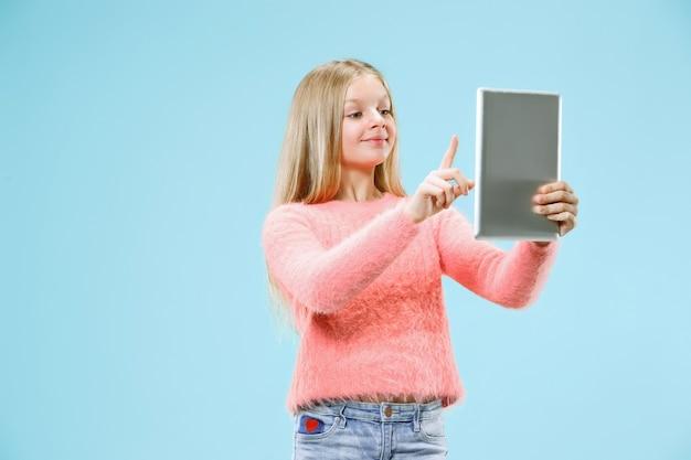 노트북으로 십 대 소녀입니다. 컴퓨터 개념에 사랑. 매력적인 여성 절반 길이 전면 초상화