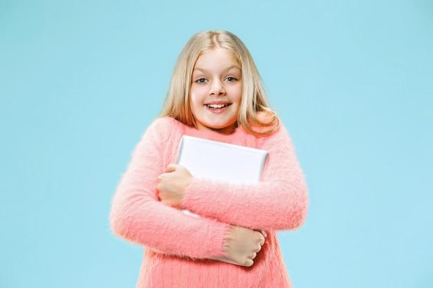 ラップトップを持つ十代の少女