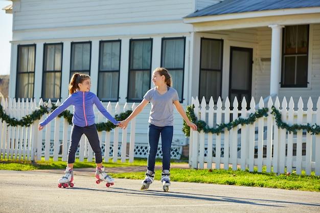 Группа девушек-подростков катается на коньках на улице