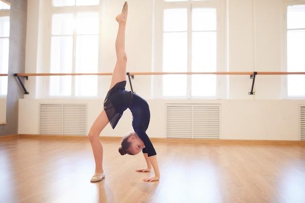 Подросток гимнастка