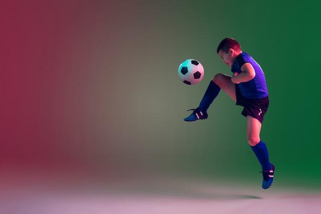10代の男性のサッカーまたはサッカー選手の少年