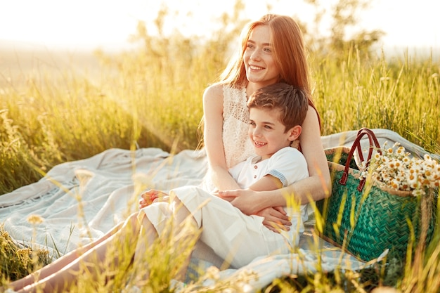 Подросток рыжая женщина обнимает счастливый младший брат
