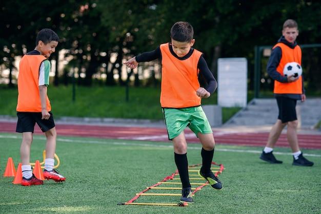 청소년 축구 선수는 장애물을 극복하면서 달리기 운동을 수행합니다.