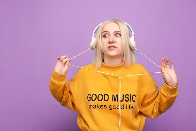 십 대 여자는 고립 된 음악을 즐긴다