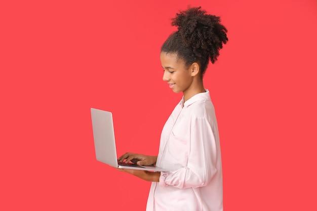 노트북으로 십 대 아프리카 계 미국인 소녀