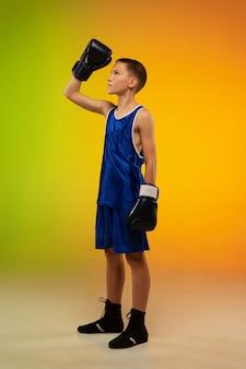 Подростковый боксер против градиентного неона в движении ногами, боксом