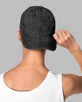 검은 모자에 10 대 소년