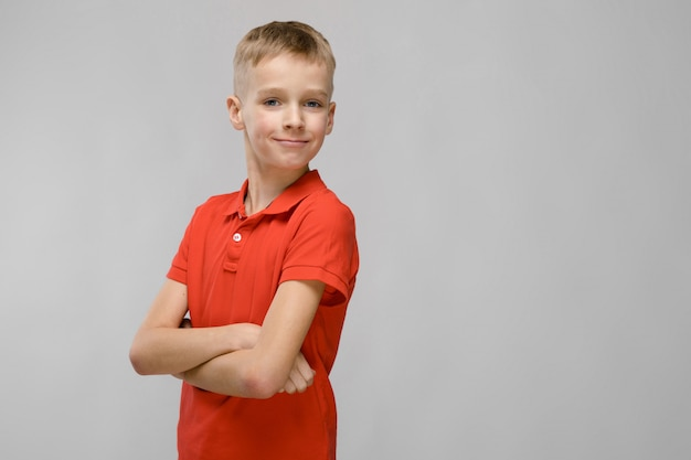 Tシャツの10代の少年