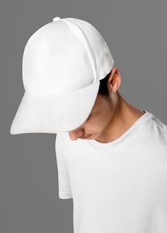 Подросток в белой студийной кепке откровенен для съемки уличной моды