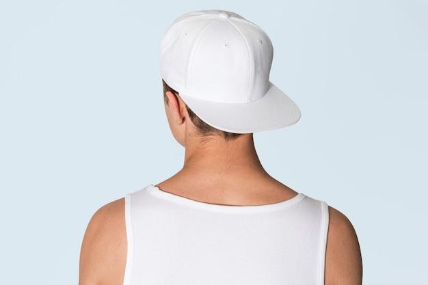 흰색 snapback 모자와 탱크 탑 스트리트 패션 촬영 후면보기에서 10 대 소년