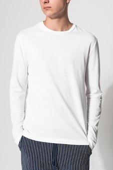 白いセーターの冬のアパレルの肖像画の10代の少年
