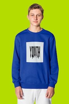 Портрет мальчика-подростка в зимней одежде свитер молодости