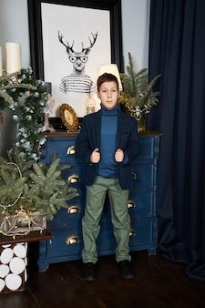 クリスマスツリーの近くの10代の少年