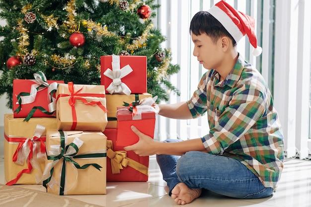 プレゼントを開く10代の少年