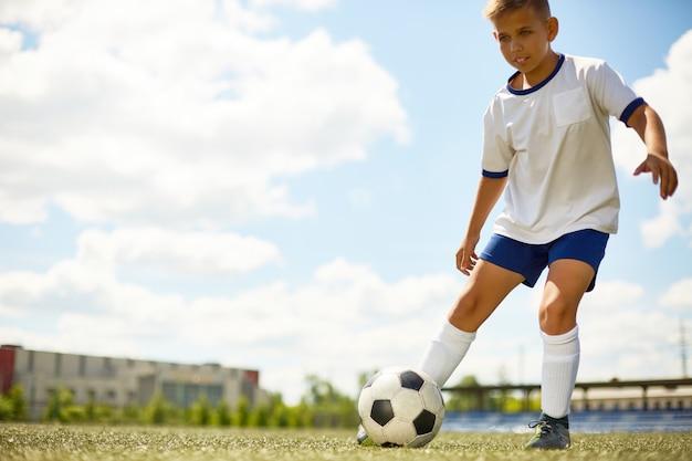 サッカーをしている10代の少年