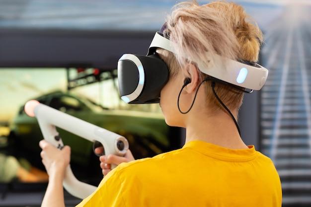 10 代の少年は、コントローラーで vr コンソール ビデオ ゲームをプレイします。