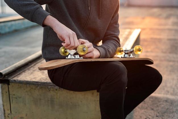 스케이트 보드와 10 대 소년을 닫습니다.