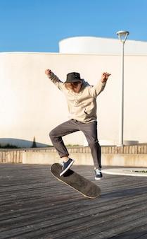 스케이트 보드와 10 대 소년