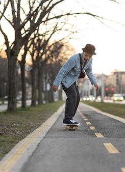 Ragazzo adolescente con lo skateboard