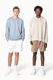 스트리트웨어 의류 촬영을 위해 파란색 스웨터와 베이지색 10대 소년