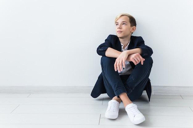 십대 우울증과 사춘기 개념-슬픈 십대 초상화는 흰색 배경에 닫습니다.