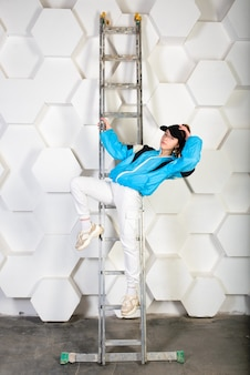 Подростковая женщина танцует хип-хоп в студии, повседневная одежда