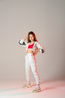 スタジオでヒップホップを踊る10代の女性、カジュアルな服装