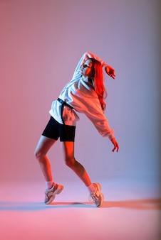 Подростковая женщина танцует хип-хоп в повседневной одежде