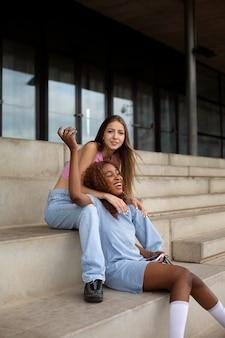 Amici adolescenti all'aperto che si divertono insieme