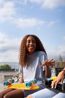 Amici adolescenti al parco della pista di pattinaggio insieme