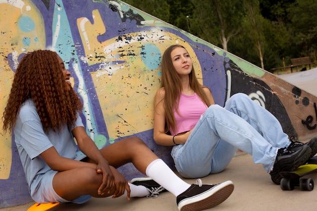 スケートリンクで屋外で一緒に時間を過ごす10代の友人