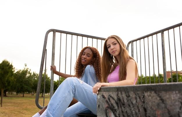 Amici adolescenti che trascorrono del tempo insieme all'aperto sulla pista di pattinaggio