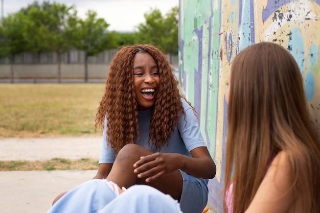 Amici adolescenti che trascorrono del tempo insieme all'aperto