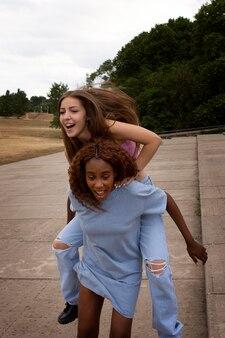 Друзья-подростки проводят время вместе на открытом воздухе