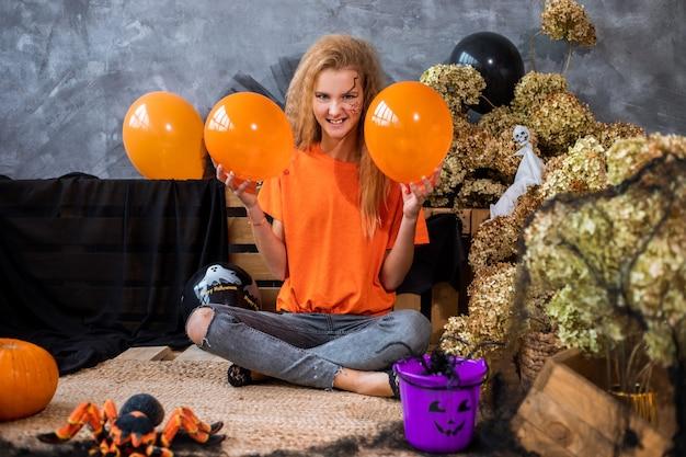 할로윈 휴가, 풍선 풍선, 말린 꽃, 거미, 거미줄, 주황색 및 검은색을 위한 장식 중 12년 된 10대 소녀