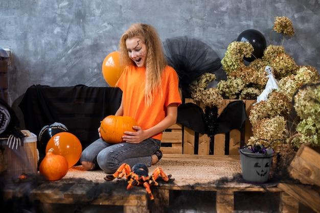 할로윈 휴가, 풍선 풍선, 말린 꽃, 거미, 거미줄, 주황색 및 검은색을 위한 장식 중 10대 소녀