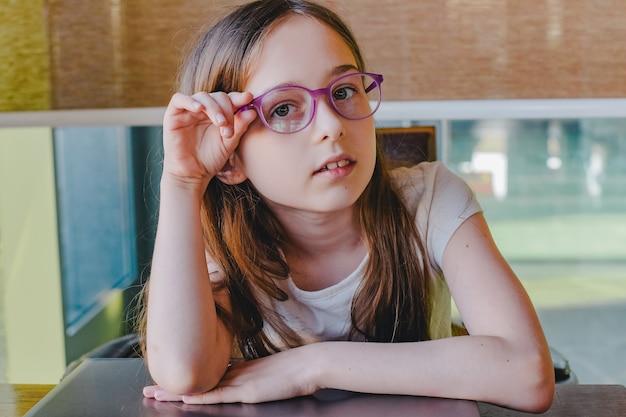 コンピューターの家庭教師で10代の少女。コンピュータ、遠隔学習、研究、ウェビナー、クラスレッスン
