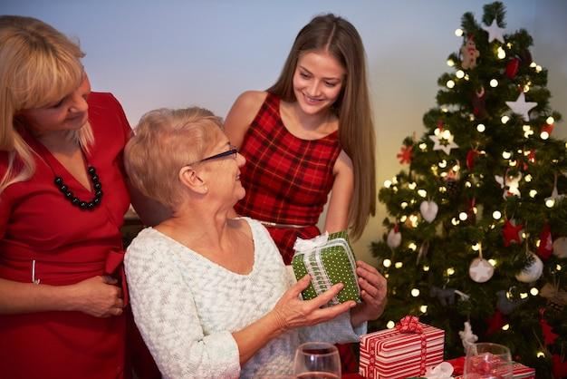 그녀의 할머니에 게 선물을주는 십 대 소녀