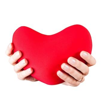 흰색 절연 붉은 심장 장난감 십 대 소녀 손. 발렌타인의 날 개념입니다. 내 마음을 주세요.